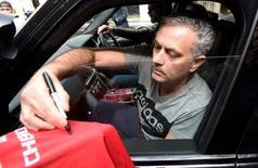 Novo técnico do Manchester United, José Mourinho, assinando camisa do clube em Londres.    27/05/2016       REUTERS/Toby Melville