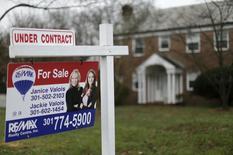Una vivienda a la venta en Silver Spring, EEUU, dic 30, 2015. El crecimiento de la economía estadounidense se desaceleró en el primer trimestre, aunque no tan marcadamente como se calculó inicialmente, puesto que un aumento en la construcción de viviendas y una constante acumulación de inventarios compensaron en parte el declive en la inversión de las empresas.       REUTERS/Gary Cameron