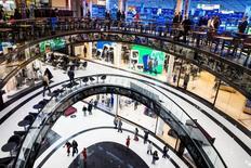 La confianza económica en la zona euro mejoró más de lo esperado en mayo, y las expectativas de inflación entre las empresas y consumidores crecieron, mostraron el lunes datos de la Comisión Europea. En la imagen, gente camina en un centro comercial durante su apertura nocturna en Berlín, Alemania, el 24 de septiembre de 2014. REUTERS/Thomas Peter/File Photo