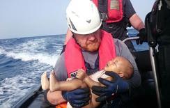 Bebê morto nos braços de socorrista alemão na costa da Líbia.   27/05/2016       Christian Buettner/Eikon Nord GmbH Germany/Handout via REUTERS