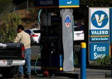 Una gasolinera de Valero en Encinitas, EEUU, mayo 2, 2016. El petróleo subía en torno a los 50 dólares por barril el lunes, aunque la incertidumbre antes de una reunión de productores de la OPEP esta semana podría frenar el avance de los precios.     REUTERS/Mike Blake