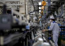 La producción industrial de Japón creció inesperadamente en abril, a pesar de la debilidad del sector exportador y de un terremoto que sacudió al sur del país durante ese mes, brindando alguna señal de esperanza en una recuperación económica frágil. En la imagen de archivo, un empleado de Daikin Industries Ltd inspecciona equipos de aire condicionado en la planta de la compañía en Kusatsu, prefectura de Shiga, Japón, el 20 de marzo de 2015. REUTERS/Yuya Shino