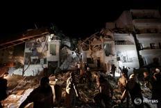 Спасатели и местные жители ищут выживших после авиаудара по Идлибу 30 мая 2016 года. По меньшей мере 23 человека стали жертвами ударов российских ВВС в удерживаемом повстанцами сирийском городе Идлиб, что стало самой серьезной бомбардировкой района после достижения договоренностей о прекращении огня в феврале, сообщили правозащитники из Наблюдательного совета по правам человека в Сирии. REUTERS/Khalil Ashawi