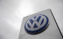 Un logo de Volkswagen en un concesionario en Londres. La ganancia subyacente de Volkswagen cayó menos a lo previsto en el primer trimestre, debido a que la demanda por automóviles de lujo Audi y Porsche ayudaron a contrarrestar el golpe a las ventas de la automotriz alemana por su escándalo de manipulación de las pruebas de emisiones. REUTERS/Suzanne Plunkett/File photo
