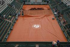 Tennis - French Open - Roland Garros - Rain at French Open -  Paris, France - 31/05/16. Workers cover the Suzanne Lenglen court due to rain. REUTERS/Pascal Rossignol