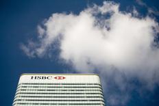 HSBC a commencé à supprimer des postes aux échelons les plus élevés de sa division de banque d'investissement, ce qui pourrait se traduire au final par plusieurs dizaines de départs dans le monde. La banque a commencé la semaine dernière à informer les salariés concernés à Londres et une nouvelle série d'annonces devrait avoir lieu cette semaine pour une dizaine de hauts responsables de la division de banque internationale et de marchés. /Photo d'archives/REUTERS/Kevin Coombs