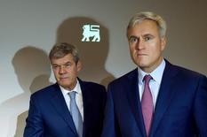 Dick Boer (à gauche), directeur général d'Ahold, et Frans Muller, celui de Delhaize, lors de l'annonce de la fusion des deux groupes. Ahold fait état mercredi de résultats du premier trimestre supérieurs aux attentes, le distributeur néerlandais réaffirmant que son projet de fusion avec son concurrent belge Delhaize est bien parti pour être finalisé vers la mi-2016. /Photo d'archives/REUTERS/Eric Vidal