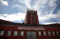 Telecinco, el canal más visto de Mediaset España, volvió a liderar las audiencias en el mes de mayo por vigésimo primer mes consecutivo, pese a retroceder su cuota de pantalla tres décimas al 15,1 por ciento, según un informe de audiencias publicado el miércoles. En la imagen, la sede de Mediaset España en Madrid, el 13 de abril de 2016. REUTERS/Andrea Comas/File Photo