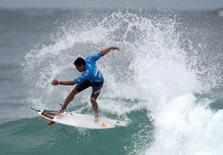 Adriano de Souza durante etapa do Rio do Mundial de Surfe na Barra da Tijuca. 15/05/2012 REUTERS/Ricardo Moraes