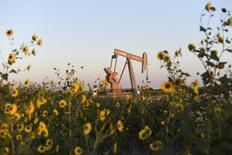 Una unidad de bombeo de crudo operada por Devon Energy funcionando en Guthrie, EEUU, sep 15, 2015. Los inventarios de crudo en Estados Unidos subieron inesperadamente la semana pasada, mientras que los de gasolina y destilados cayeron, mostraron el miércoles datos del Instituto Americano del Petróleo (API, por su sigla en inglés).  REUTERS/Nick Oxford