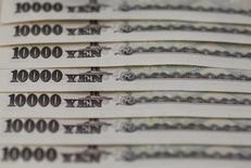 Купюры валюты иена в Токио 28 февраля 2013 года. Иена уверенно росла в четверг на фоне бегства от риска и разочарования относительно недостаточных мер японского правительства после решения отложить повышение налога с продаж. REUTERS/Shohei Miyano