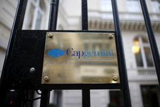 Capgemini est en tête du CAC 40 jeudi à la mi-séance et monte de 3,31%, après une note d'Exane BNP Paribas qui anticipe une augmentation de la marge opérationnelle et de la croissance organique du numéro un européen des services informatiques. /Photo prise le 18 février 2016/REUTERS/Charles Platiau