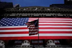 La Bourse de New York a fini en hausse de 0,27% jeudi, le Dow Jones gagnant 47,87 points à 17.837,54. /Photo prise le 1er juin 2016/ REUTERS/Lucas Jackson
