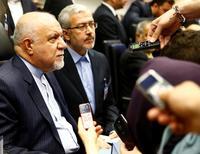 La OPEP fracasó el jueves en su intento por acordar una estrategia clara de producción petrolera, ya que Irán insistió en aumentar fuertemente su suministro, aunque su máximo rival Arabia Saudí prometió no inundar el mercado con barriles adicionales e intentó tender puentes en la organización.  En la imagen, el ministro del Petróleo iraní Bijan Zanganeh (I) habla con periodistas antes de la reunión de ministros del Petróleo de la OPEP en Viena, Austria, el 2 de junio de 2016.   REUTERS/Leonhard Foeger