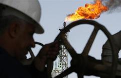 Рабочий на НПЗ Sheaiba в Басре 29 марта 2007 года. Цена на нефть Brent удерживалась около $50 за баррель в пятницу после встречи ОПЕК, на которой производители не смогли прийти к компромиссу о потолке добычи, однако Саудовская Аравия в четверг пообещала не заливать рынок нефтью. REUTERS/Atef Hassan