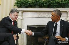 Президент США Барак Обама (справа) и президент Украины Пётр Порошенко на встрече в Белом доме в Вашингтоне 18 сентября 2014 года. Украина получила обещанные еще осенью прошлого года гарантии США для третьего выпуска евробондов на $1 миллиард, сообщил Минфин. REUTERS/Larry Downing