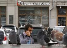 Отделение Промсвязьбанка в Москве 19 августа 2015 года. Российский Промсвязьбанк в первом квартале 2016 года получил чистую прибыль, рассчитанную по международным стандартам финансовой отчетности, в размере 0,3 миллиарда рублей после убытка в 2 миллиарда рублей годом ранее благодаря снижению расходов на риск, сообщил банк в пятницу. REUTERS/Maxim Zmeyev