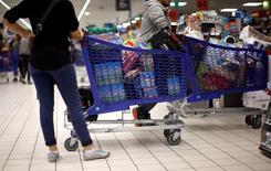 Покупатели в супермаркете Carrefour в Ницце 6 апреля 2016 года. Экономический рост во Франции ускорится в этом году, поскольку низкие цены на энергию укрепляют покупательную способность потребителей, а фирмы увеличивают инвестиции, заявил в пятницу регулятор. REUTERS/Eric Gaillard/File Photo