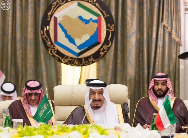 Saudi King Salman (C) attends a Gulf Cooperation Council (GCC) summit in Jeddah, Saudi Arabia May 31, 2016. Saudi Press Agency/Handout via REUTERS