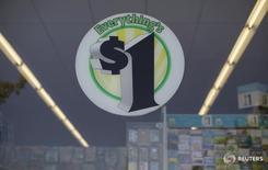 Реклама в магазине Dollar Tree в Пасадене 31 августа 2015 года. Доллар немного подрос, но все еще находился вблизи минимумов четырех недель к корзине основных валют во вторник, после того как комментарии главы Федрезерва США Джанет Йеллен не смогли поддержать слабеющую американскую валюту. REUTERS/Mario Anzuoni