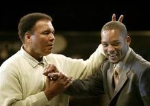 Falecido boxeador Muhammad Ali (esquerda) e ator Will Smith durante evento em Miami em 2003.    06/12/2003      Marc Serota/REUTERS