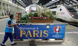 """Приветственный баннер к Чемпионату Евро-2016 на Лионском вокзале в Париже. МИД Великобритании предупредил болельщиков о """"потенциальных целях терактов"""" в ходе футбольного Евро-2016 во Франции.  REUTERS/Charles Platiau"""