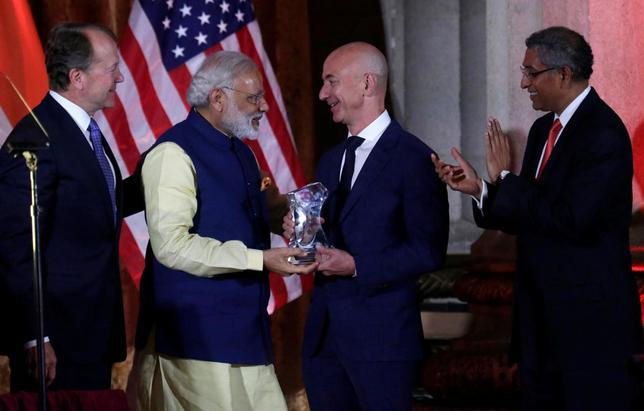 India's Prime Minister Narendra Modi (L) presents the Global Leadership Award to Amazon CEO Jeff Bezos at the U.S.-India Business Council (USIBC) 41st annual Leadership Summit in Washington, U.S., June 7, 2016. REUTERS/Yuri Gripas