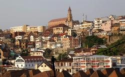 Madagascar's old colonial church on top of the hill is pictured among other buildings in the capital Antananarivo, in this October 22, 2013 file photo. Madagascar Prime Minister Jean Ravelonarivo and his cabinet have resigned, an official at the president's office said on April 8, 2016 without giving an explanation.   REUTERS/Thomas Mukoya/Files - RTSE6O0