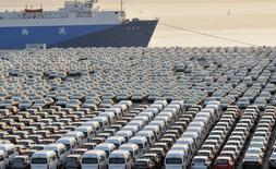 Предназначенные на экспорт автомобили в порту китайского города Далянь. 15 октября 2012 года. Китайский экспорт сократился более значительно, чем ожидалось, в мае, поскольку мировой спрос остаётся стабильно слабым, однако показатель импорта превзошёл прогнозы, указав на улучшение внутреннего спроса и укрепив надежды на то, что вторая по величине в мире экономика постепенно восстанавливается. REUTERS/China Daily/File Photo