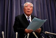 Osamu Suzuki (photo), le PDG de Suzuki Motor, va renoncer à assumer la direction générale du constructeur automobile japonais, tandis que le vice-président exécutif Osamu Honda prendra sa retraite, /Photo prise le 31 mai 2016/REUTERS/Issei Kato