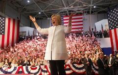 Претендент на кресло президента США от демократов Хиллари Клинтон жестикулирует на встрече с соратниками в Нью-Йорке 7 июня 2016 года. Клинтон лидирует по итогам первичных выборов в Калифорнии, сообщил в среду CNN со ссылкой на предварительные данные опроса. REUTERS/Shannon Stapleton