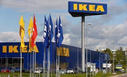 Ikea voit ses ventes augmenter de 8% à 10% durant l'exercice fiscal clos fin août. Le groupe se dit bien parti pour atteindre son objectif d'un chiffre d'affaires de 50 milliards d'euros en 2020. /Photo prise le 27 avril 2016/REUTERS/Arnd Wiegmann