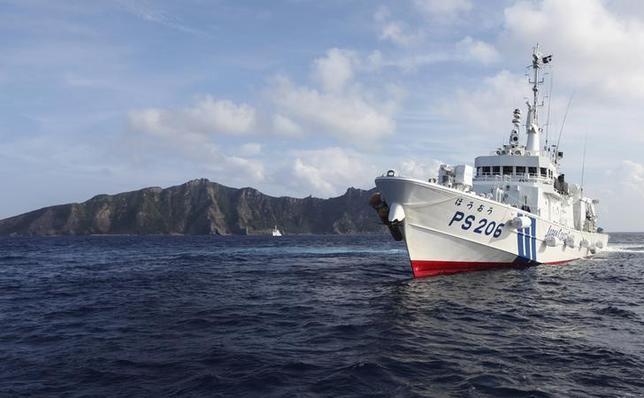 6月9日、尖閣諸島(中国名:釣魚島)周辺の接続水域に未明、中国海軍の艦艇が初めて入った。尖閣諸島で2013年8月撮影(2016年 ロイター/Ruairidh Villar)