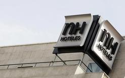El consejo de administración de NH Hotel Group pactó el miércoles por la noche una serie de condiciones para la permanencia de los representantes del grupo chino HNA, su principal accionista con el 29 por ciento de su capital, en el órgano director de la empresa española. En la imagen de archivo, el logo de la cadena hotelera española en uno de sus establecimientos en el centro de Madrid, el 28 de octubre de 2009. REUTERS/Sergio Pérez