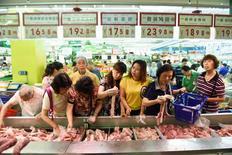 Покупатели в супермаркете в Ханчжоу. 9 июня 2016 года. Дефляционное давление в Китае снизилось в мае, несколько облегчив ситуацию для компаний, испытывающих нехватку наличности, но потребительская инфляция была слабее, чем ожидалось, позволяя предположить, что центральный банк страны продолжит стимулирующую политику в ближайшие месяцы, но не будет торопиться вновь понижать процентную ставку. REUTERS/Stringer
