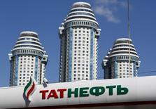 Логотип Татнефти на автозаправочной станциии в Москве. Татнефть, средняя по размеру нефтяная компания России, сократила чистую прибыль по МСФО в первом квартале 2016 года примерно на 34 процента в годовом сравнении до 17,6 миллиарда рублей, следует из опубликованного в четверг отчета компании. REUTERS/Maxim Shemetov
