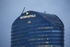 "Vers 12h30, AccorHotels perd 3,68%, plus forte baisse du CAC 40, après une note de Credit Suisse, qui a abaissé sa recommandation de ""neutre"" à ""sous-performance"". Au même moment, l'indice phare de la Bourse de Paris recule de 0,97% à 4.405,76 points. /Photo prise le 22 avril 2016/REUTERS/Gonzalo Fuentes"
