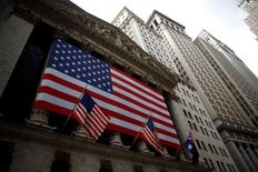 La Bourse de New York a fini en baisse jeudi mais au-dessus de ses plus bas du jour, le Dow Jones ne cédant plus que 0,11% à 17.985,05 points à la clôture, soit 70 points au-dessus de son point bas du matin. /Photo d'archives/REUTERS/Eric Thayer