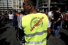 Manifestation de dockers sur le port du Pirée. Des dizaines de manifestants ont bloqué vendredi l'accès à l'agence nationale des privatisations, dans le centre d'Athènes, pour protester contre la cession des deux principaux ports du pays. /Photo prise le 31 mai 2016/REUTERS/Alkis Konstantinidis