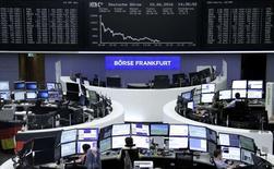 Operadores trabajando en la Bolsa de Fráncfort, Alemania. 10 de junio de 2016. Las bolsas europeas caían el viernes por tercera jornada consecutiva, en momentos en que unos precios más débiles de las materias primas presionaban a los valores de energía y minería. REUTERS/Staff/Remote