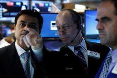 Трейдеры на Уолл-стрит. Опасения за рост мировой экономики и резкое падение стоимости нефти привели к негативной динамике фондовых бирж США в пятницу, отправив вниз котировки трех основных индексов второй день подряд. REUTERS/Brendan McDermid