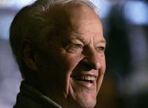 """Горди Хоу наблюдает за подготовкой к матчу НХЛ в Далласе. Горди Хоу, получивший прозвище """"Мистер Хоккей"""" из-за жесткого, но искусного стиля игры, позволившего ему побить множество рекордов за продолжавшуюся свыше пяти десятилетий карьеру, скончался в пятницу в возрасте 88 лет, сообщил клуб """"Детройт Ред Уингз"""". REUTERS/Jessica Rinaldi"""