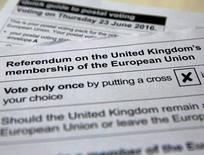 """Dos sondeos de opinión divulgados el sábado mostraron que los británicos aún están divididos sobre si salir o permanecer en la Unión Europea, un día después de que otra encuesta otorgase a la opción de """"salir"""" una amplia ventaja, lo que remarca las contradicciones en los sondeos antes de la votación del 23 de junio. En la imagen, una ilustración con las papeletas que se ofrecerán en la votación. REUTERS/Russell Boyce/"""