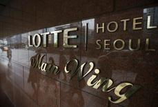 """Hotel Lotte, la filiale d'hôtellerie du conglomérat sud-coréen Lotte Group, a annoncé le report sine die de son projet d'introduction en Bourse. Le troisième opérateur mondial de boutiques de duty free explique avoir pris sa décision à la suite de """"récents développements internes et externes"""", dans l'intérêt des investisseurs. /Photo prise le 25 mars 2016/REUTERS/Kim Hong-Ji"""