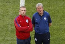 Técnico da seleção da Inglaterra, Roy Hodgson, e o capitão, Wayne Rooney, durante treino na França.    10/06/2016 REUTERS/Eddie Keogh Livepic