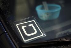 El logo de Uber visto en un auto en Venice, California, Estados Unidos. 15 de julio de 2015. La empresa estadounidense de transporte urbano Uber anunció el lunes el lanzamiento de un proyecto piloto de servicios de helicópteros para conectar algunos de los principales aeropuertos de Sao Paulo con el centro financiero de la ciudad brasileña. REUTERS/Lucy Nicholson/File Photo