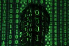 Código binario proyectado sobre el rostro de una persona en Varsovia, jun 24, 2013. Una Corte de Apelaciones de Estados Unidos ratificó el martes una normativa crucial del Gobierno que prohíbe que los proveedores de servicios de Internet obstruyan o debiliten el acceso de los consumidores a contenidos en la red, en un revés para las grandes compañías de cable y telefonía móvil.  REUTERS/Kacper Pempel