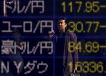 Diversas cotizaciones de monedas en una casa de cambios en Tokio, feb 4, 2016. El yen subió el martes a su mayor nivel frente al euro en más de tres años, en momentos en que crecen las posibilidades de que los votantes del Reino Unido se decidan por abandonar la Unión Europea en un referendo la próxima semana, lo que orientó a los inversores hacia la moneda japonesa y otros activos seguros.  REUTERS/Yuya Shino