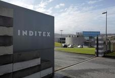 Логотип Inditex на входе на фабрику Zara в Испании. Крупнейший в мире розничный продавец одежды Inditex сообщил о росте чистой прибыли на 6 процентов в первом квартале благодаря успешным продажам на фоне продолжающейся онлайн-экспансии. REUTERS/Miguel Vidal