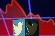 Twitter, à suivre mercredi à la Bourse de New York. Le site de micro-blogging a investi autour de 70 millions de dollars dans la plate-forme musicale allemande SoundCloud, rapporte le site Re/code. L'action gagne 1,11% en avant-Bourse. /Photo prise le 3 février 2016/REUTERS/Dado Ruvic